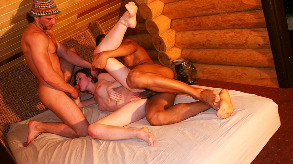 Проститутки трахают в сауне